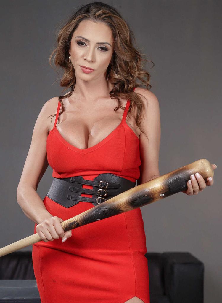 Para qué quiere ese bate Ariella Ferrera? | Pornocasero.cl